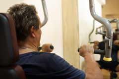Man exercising on shoulder press machine Royalty Free Stock Images