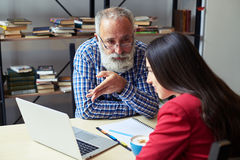 Man explaining something to woman, looking at her Royalty Free Stock Images