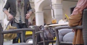 Man får bagagepåsen och kommer med till kafétabellen Skjutit medel Italienskt lopp för Caucasian förälskad roadtripsemester för p arkivfilmer