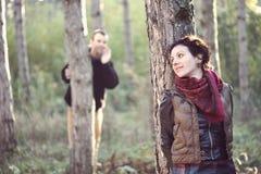 Man förälskat söka efter hans flickvän i skogen Royaltyfri Foto