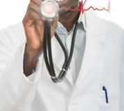 Man för afrikansk amerikansvartdoktor med stetoskopet med härdEKG royaltyfri foto