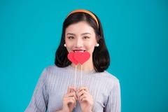 man för begreppskyssförälskelse till kvinnan Härlig le asiatisk ung kvinna Valentin Da Royaltyfri Foto