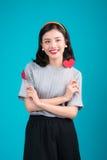 man för begreppskyssförälskelse till kvinnan Härlig le asiatisk ung kvinna Valentin Da Royaltyfri Fotografi