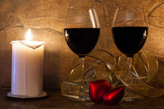 man för begreppskyssförälskelse till kvinnan inre romantiker vinexponeringsglas, stearinljus och röd hjärta för nalle Arkivfoto