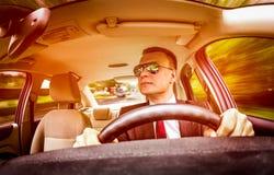 man för bilkörning Arkivfoto