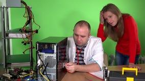 Man för datorspecialist med undersökande PC för stetoskop och kundkvinna arkivfilmer