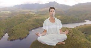 Man för dubbel exponering som mediterar på berget vid floden Royaltyfria Foton