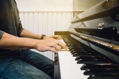 Man för hand` som s spelar pianot royaltyfri bild