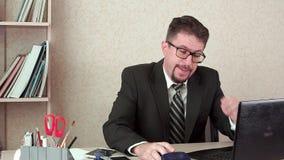 Man för kontorschef med skägget och exponeringsglas Huvudvärk arkivfilmer