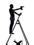 Man för manuell arbetare på trappstegeborrandekontur royaltyfri bild