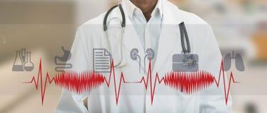 Man för medicinsk doktor för afrikansk amerikan med medicinska symboler Arkivfoto