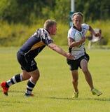 Man för rugbykörningsboll Arkivfoton
