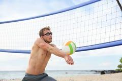 Man för strandvolleyboll som spelar leken som slår bollen royaltyfri fotografi