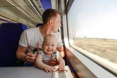 Man faderresanden med hans lilla son med drevet Arkivfoton