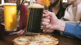 Man fem och kvinnliga händer som klirrar exponeringsglas med öl och coctailar i stången, bar arkivfilmer