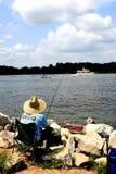 Man fiske, tidig vår på vattnet, i Annapolis, Md Royaltyfri Bild