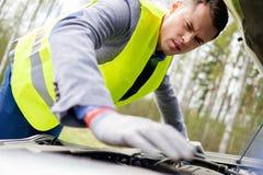 Man fixing broken car Royalty Free Stock Photos