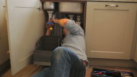 Man fixing sink Royalty Free Stock Photos