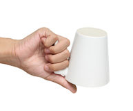 Man flipen över en keramisk kopp som isoleras över vit Royaltyfri Fotografi