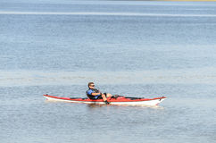 Man floting på floden i hans kanot arkivbild
