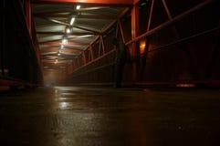 Man on footbridge in fog A Royalty Free Stock Photos