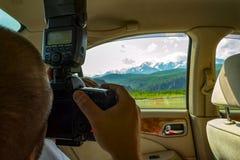 Man-fotografen reser till och med Altaien och innehavet i hans mummel royaltyfria foton