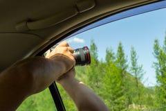 Man-fotografen reser till och med Altaien och innehavet i hans mummel fotografering för bildbyråer