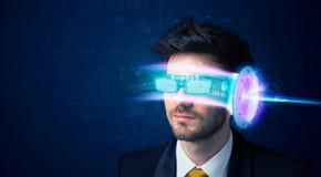 Man från framtid med tekniskt avancerade smartphoneexponeringsglas Royaltyfri Fotografi
