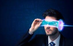 Man från framtid med tekniskt avancerade smartphoneexponeringsglas fotografering för bildbyråer