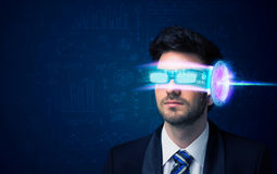 Man från framtid med tekniskt avancerade smartphoneexponeringsglas Royaltyfri Foto