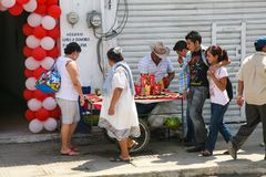 Man från Merida som säljer coctails för ny frukt på en lokal marknad I Royaltyfria Bilder