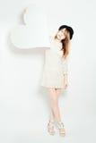 man för begreppskyssförälskelse till kvinnan Modemodell för ung kvinna och stort vitt hjärtabaner Royaltyfria Bilder