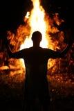 Man framme av brand Fotografering för Bildbyråer