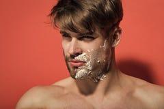 Man framsidahalvan som rakas och uppsökas med att raka kräm royaltyfri foto