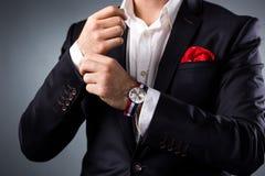 man görade randig stildräkten för slips den röda s skjortan Elegant ung man som får klar klä dräkten, skjortan och manschetter Royaltyfri Foto