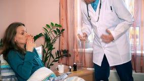 Man geduldige de vrouwentemperatuur en raad van de artsencontrole om pillendrug te nemen stock videobeelden