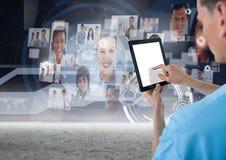 Man genom att använda den digitala minnestavlan med digitalt frambragt knyta kontakt symboler royaltyfri fotografi
