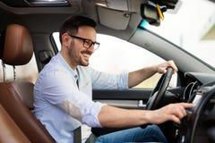 Man genom att använda Gps-navigeringsystemet i bil för att resa royaltyfri foto