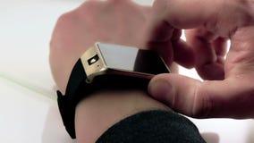 Man genom att använda hans smartwatch app på dagligt ljus lager videofilmer