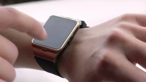Man genom att använda hans smartwatch app på dagligt ljus arkivfilmer