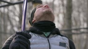 Man genom att använda konditionexpanderen för utomhus- vinterutbildning Sport- och hälsobegrepp lager videofilmer