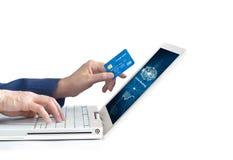 Man genom att använda online-shopping för mobila betalningar och symbolsnätverksanslutning på skärmen royaltyfria bilder