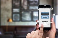 Man genom att använda shoppingM-bankrörelsen för mobila betalningar den online-internet Gl vektor illustrationer