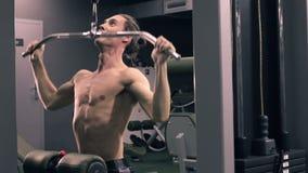 Man genomköraren med maktsimulatorn i idrottshallen stock video