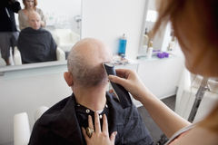 Man getting his head shaved in salon Royalty Free Stock Photography
