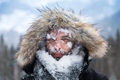 Man gezicht met sneeuw wordt behandeld die royalty-vrije stock foto's