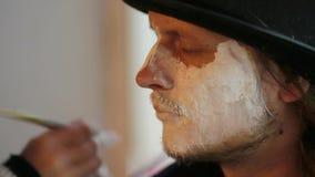 Man Gezicht van kunstenaarsapplying makeup onto bij stock video