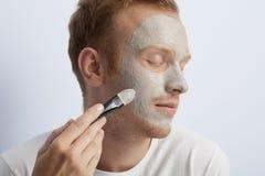 Man gezichts kosmetische behandeling. stock fotografie