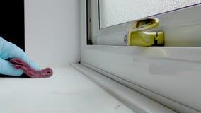Man gnidning ner fönsterbräda med ett slipande block lager videofilmer