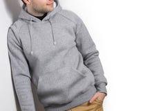 Man grå hoodie för grabbblanko, tröja, åtlöje som isoleras upp Plommoner arkivbild